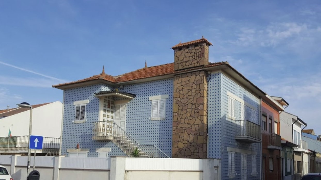 Tipical tyle covered house.jpg